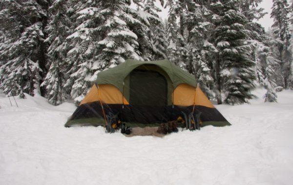 雪の中でキャンプ