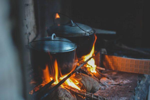 ダッチオーブン料理を作っている