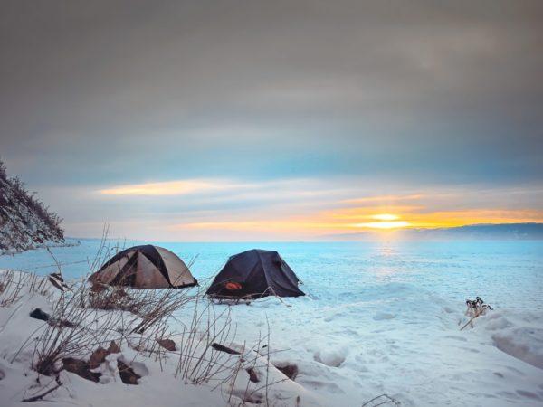 雪山でキャンプ