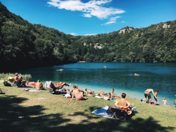 湖でリラックス