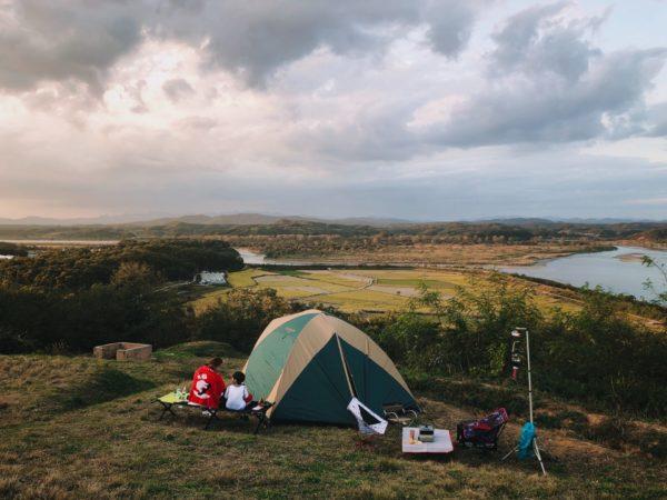 広大な場所でキャンプ