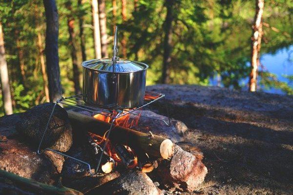 キャンプで火を炊く