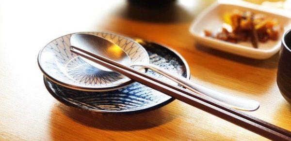 箸とスプーンが並んでいる食卓