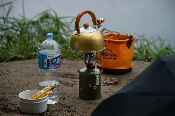キャンプでお湯を沸かす風景