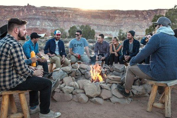 みんなとキャンプファイアを囲んでる風景