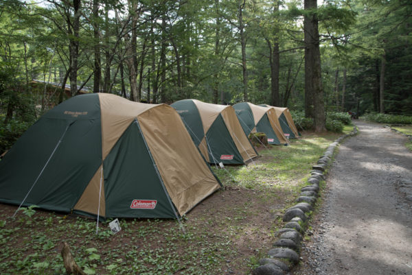 テントが並ぶキャンプ場