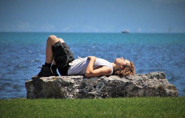 石の上で寝ている人