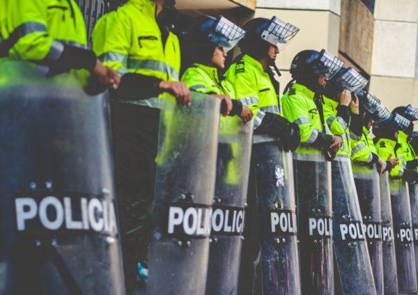 警察官の列
