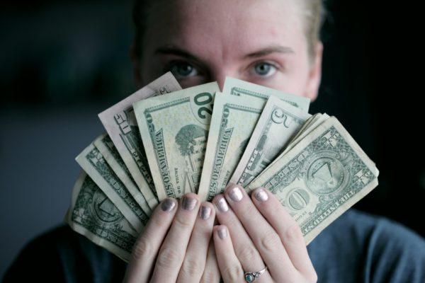 お金を見せている