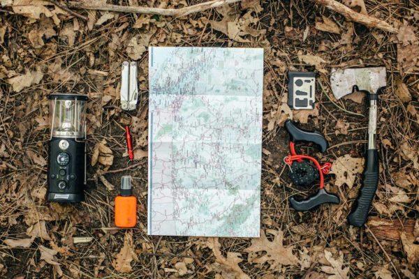 キャンプ道具を広げる