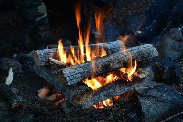 薪を燃やしている