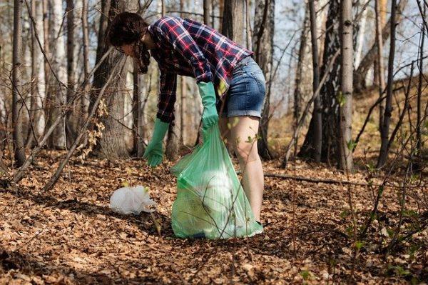 ゴミ拾いをしている