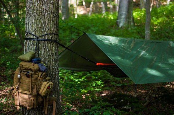 キャンプのタープとバッグ