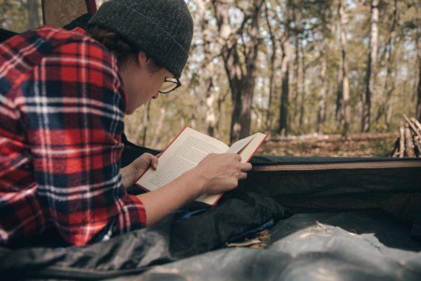 テントの中で読書