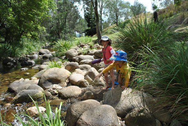 子供が小川で遊んでいる