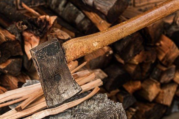 薪を割っている風景
