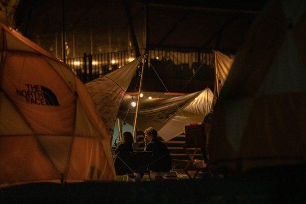 夜のキャンプで談話