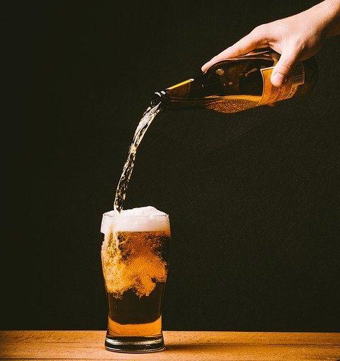 瓶ビールを注ぐ