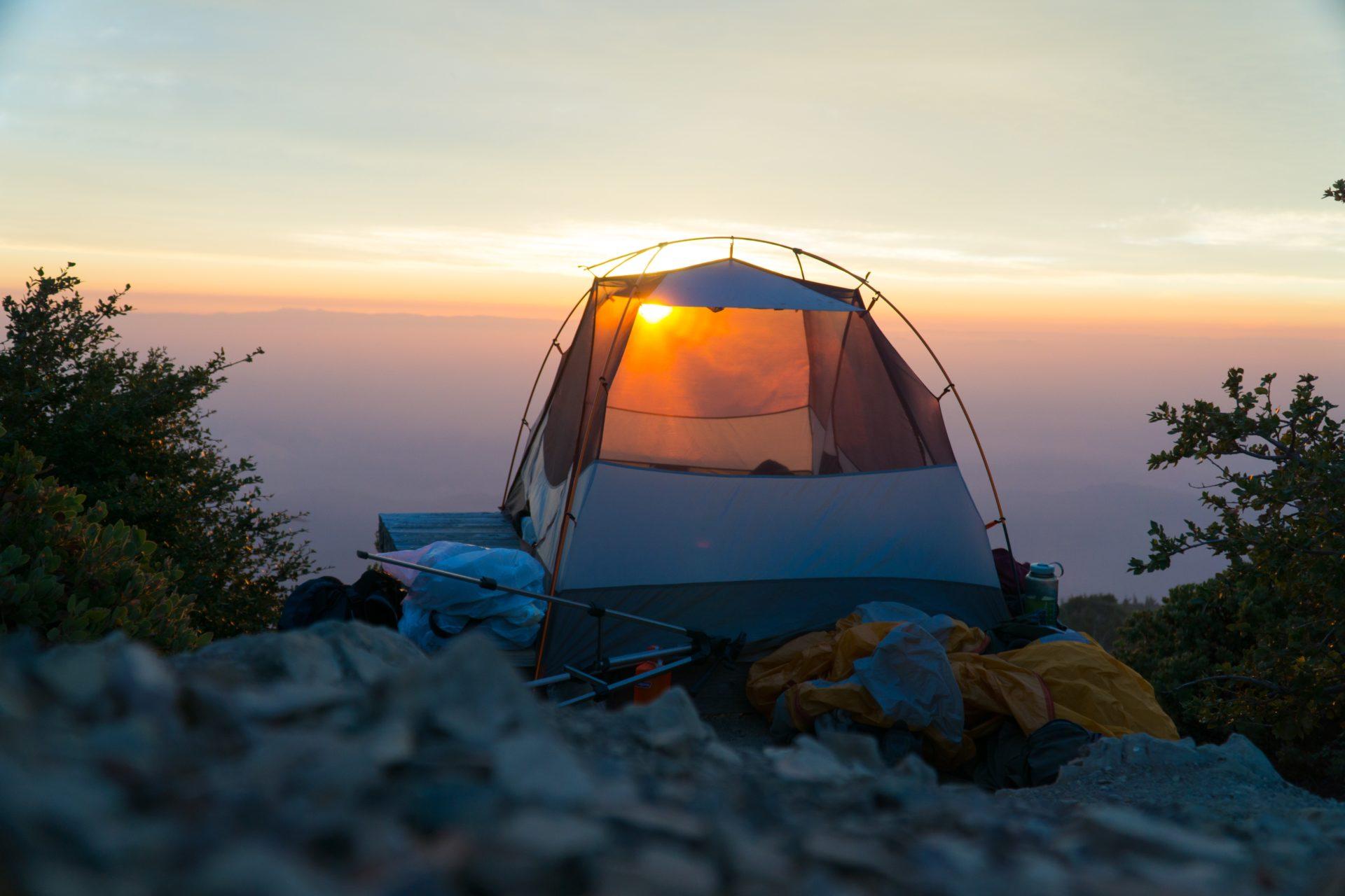 テントから見る朝日