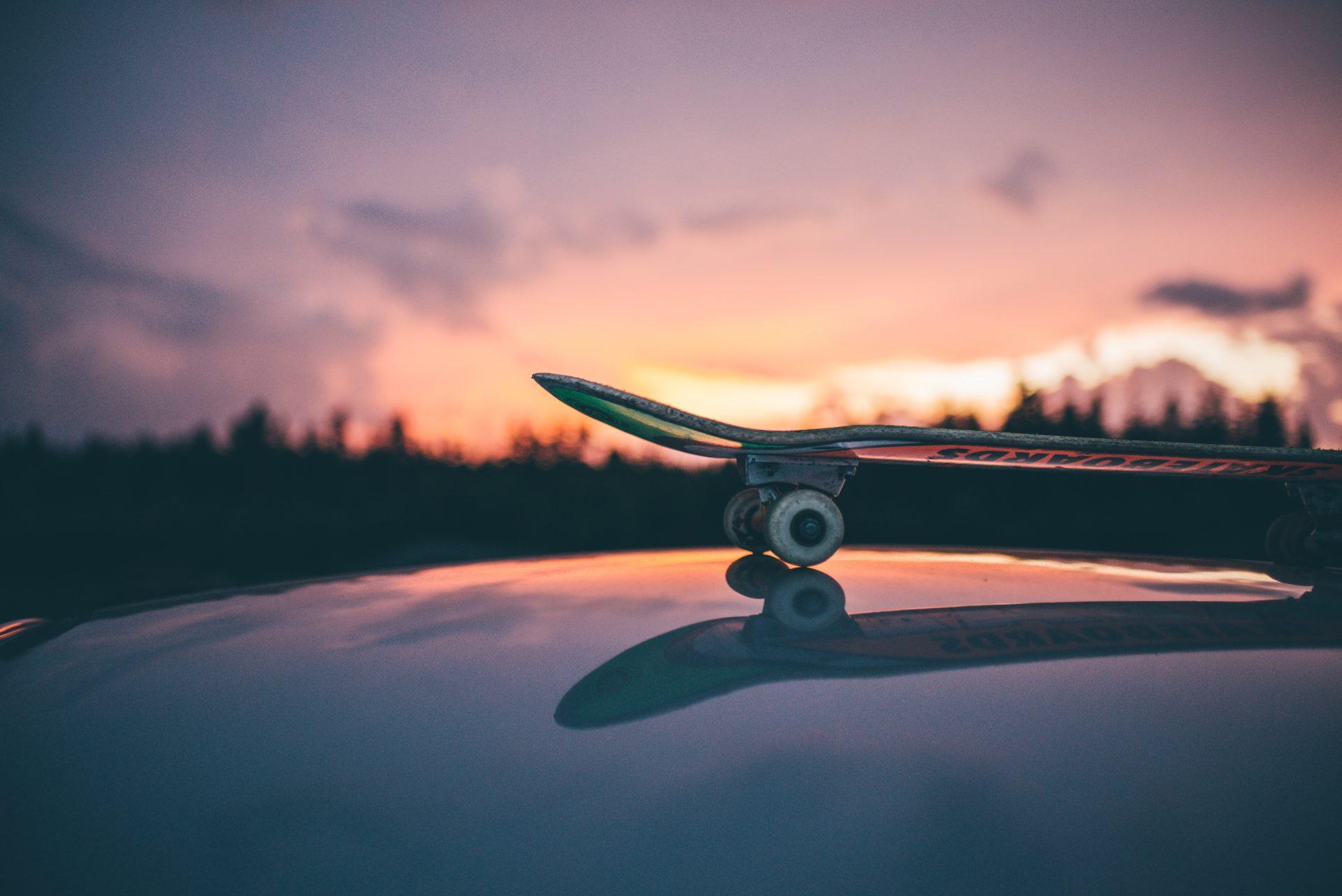 夕日とスケートボード