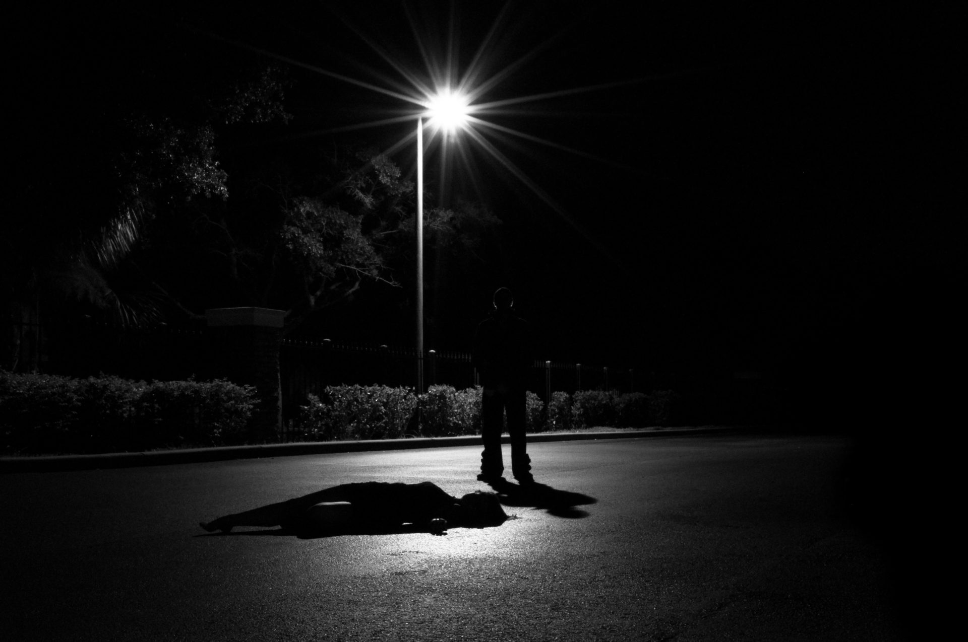 夜の外套の前に佇む人