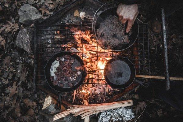 キャンプ料理の風景