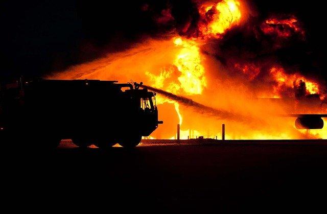 火災を消化する消防車