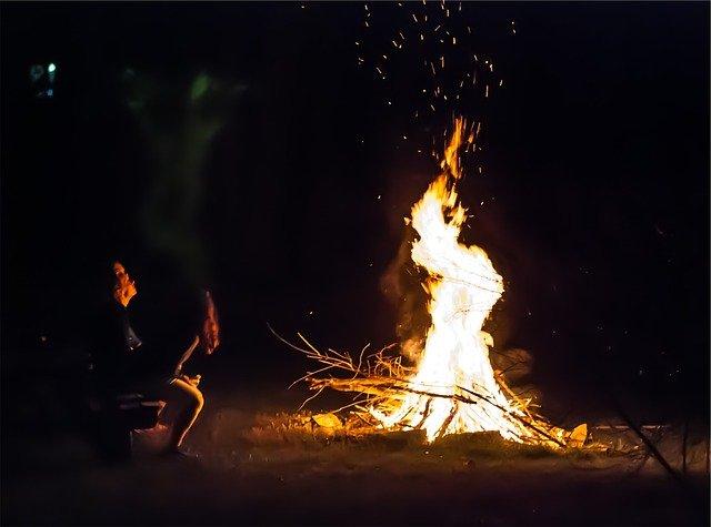 仲間と焚き火