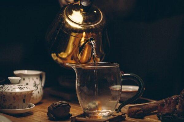 お茶を注ぐ風景