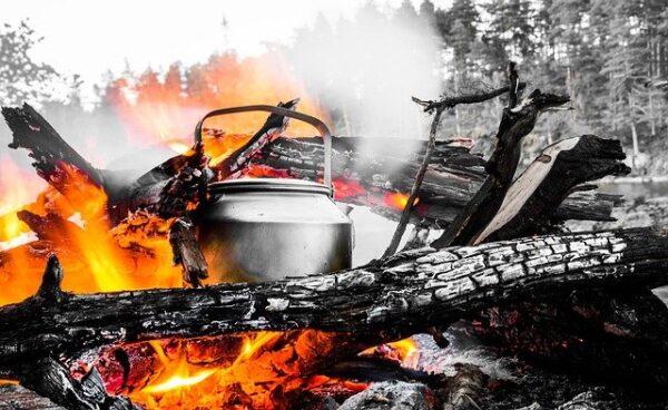 焚き火の中のやかん