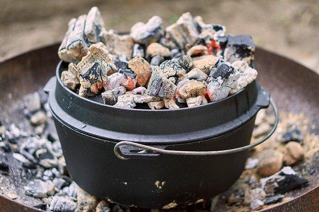 ダッチオーブンに炭を乗せる