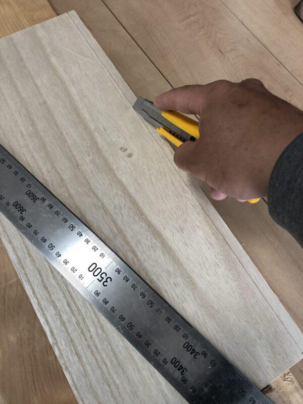 板をカッターで切断
