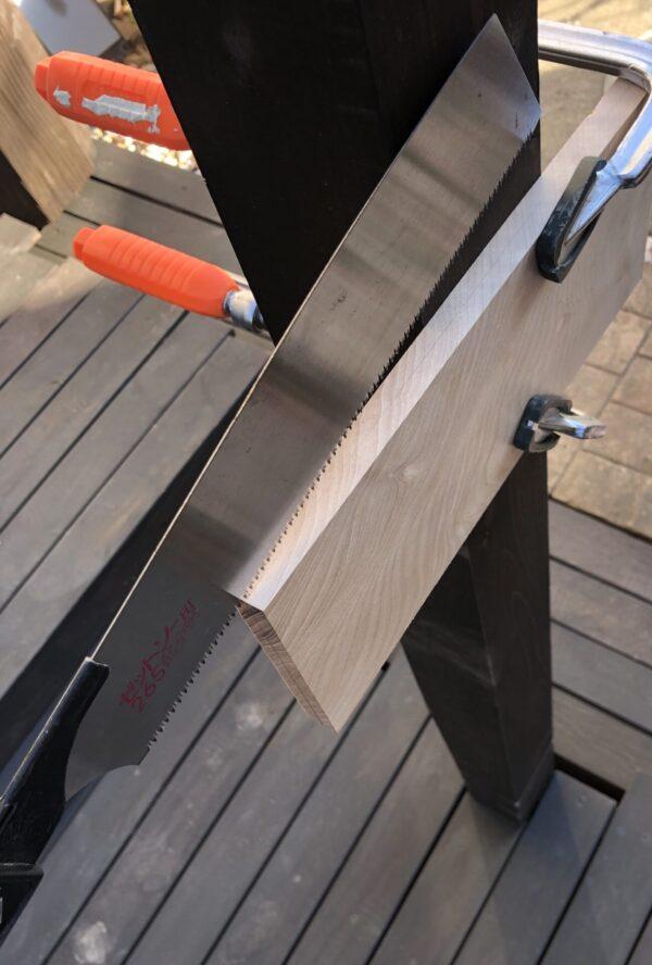 柱に固定して木材をカット