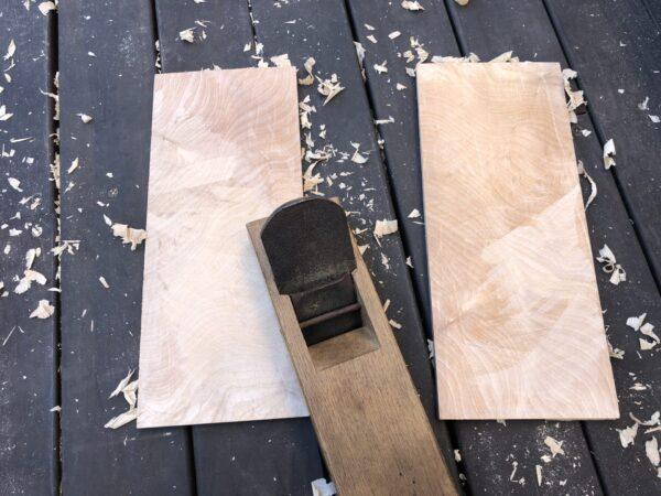 木材を鉋がけする