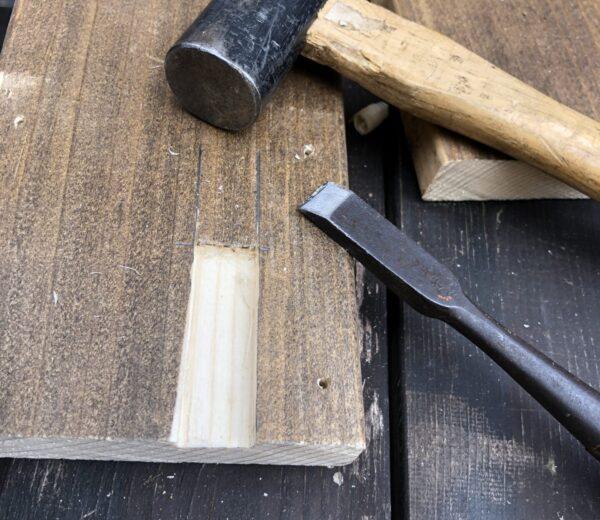 木材に溝を刻む