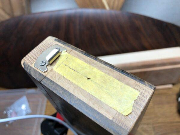 穴の位置にマスキングテープで印をつける