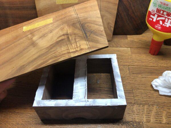 スパイスケースの枠と薄板を接着する