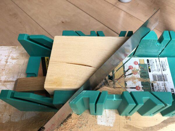 枠材を留め加工する