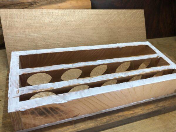 枠と面材をボンドで接着する