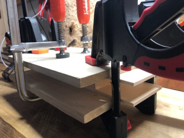 枠材と面材を接着する