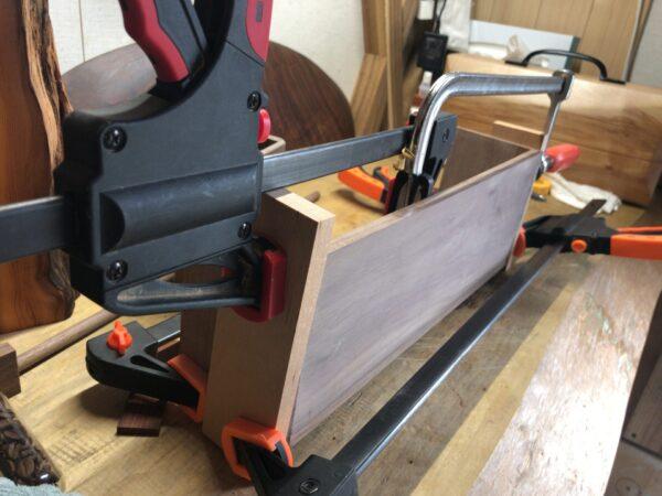 架台に使う板を接着する